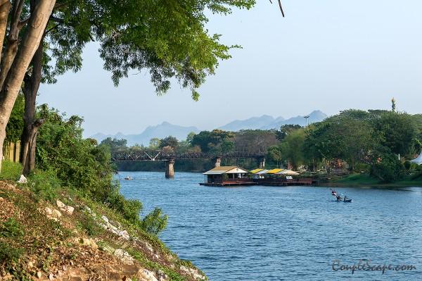 บรรยากาศริมน้ำแคว มองเห็นสะพานข้ามแม่น้ำแควด้วย