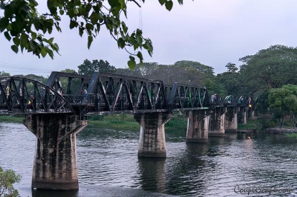 สะพานข้างแม่น้ำแคว